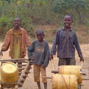 Niños camino al estanque